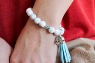 Bracelet Azur en howlite pompon bleu