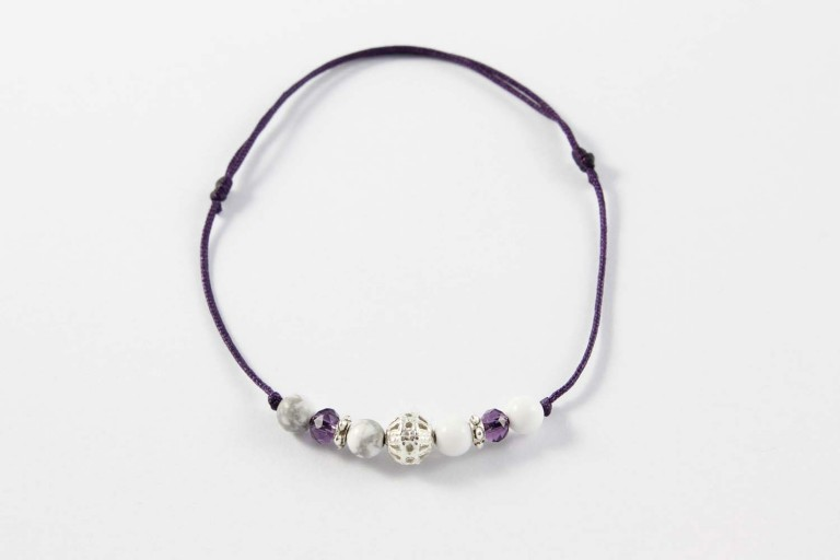 Bracelet violet regable en howlite photo studio