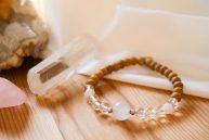 bracelet en bois de santal, cristal de roche, quartz rose