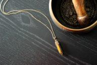 collier laiton doré pendentif oeil de tigre